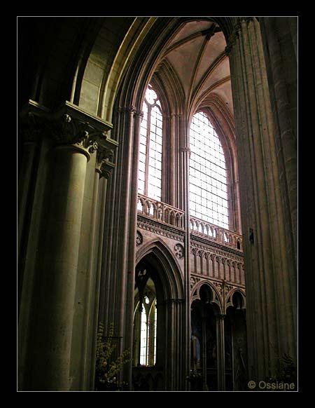 L\'Arche de Bronze Paisible et Sereine Dévoile l\'Audace de la Folie Humaine. De la Voûte d\'Ogives Elancées, Jaillit un Désir d\'Eternité.
