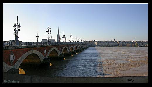 Sous le Pont de Pierre, des Remous Ephémères, Frissons de la Rivière, Tourbillons de Lumière, Vertige de l'Amour qui Engloutit pour Toujours.