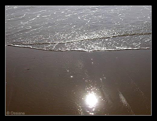 La Mer Déploie son Aile en un Voile de Dentelle. Le Soleil Brille sur l'Arène et Envoie son Echarpe d'Etincelles sur le Miroir Scintillant à la Lumière Souveraine.